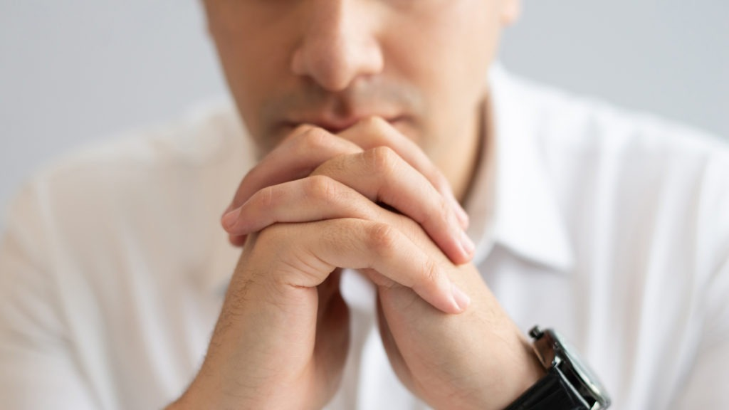 Hombre tomando decisiones